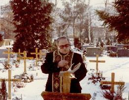 Pr. D. Popa la mormantul unui roman hp 1