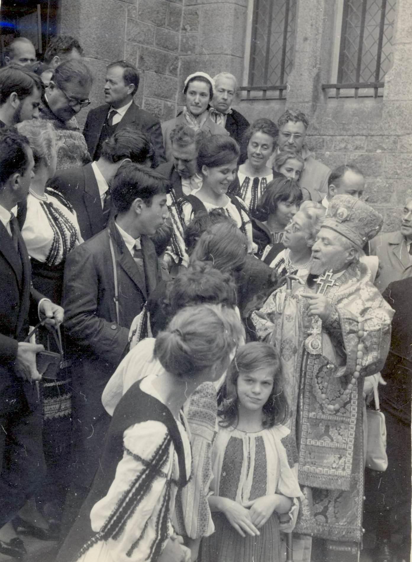 Arhiep. Teofil Ionescu  cu corul Carmen - Paris hp 1