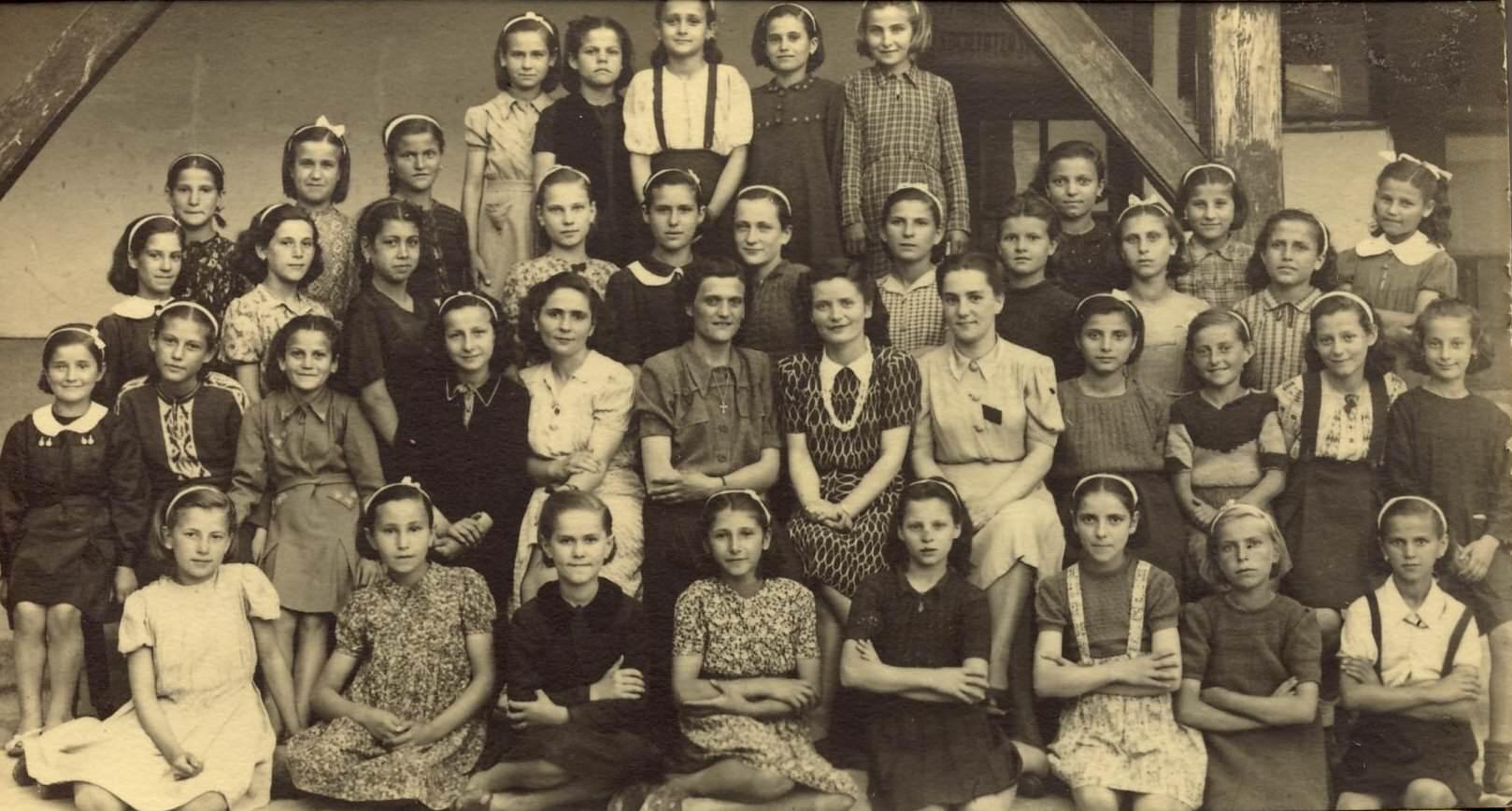 Aurica Popa cu elevii din Doleani hp 1