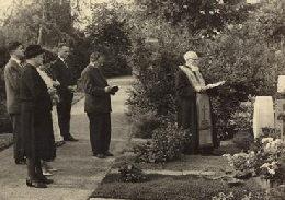 Duesseldorf - 1963 -  Pr. Vasiloschi la mormantul fiicei Oltea