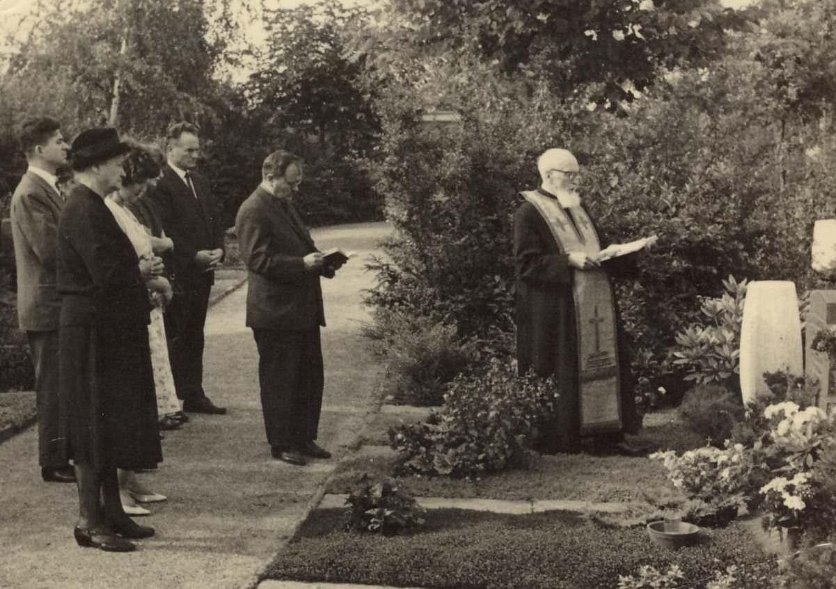 Duesseldorf - 1963 - Pr. Vasiloschi la mormantul fiicei Oltea hp 1