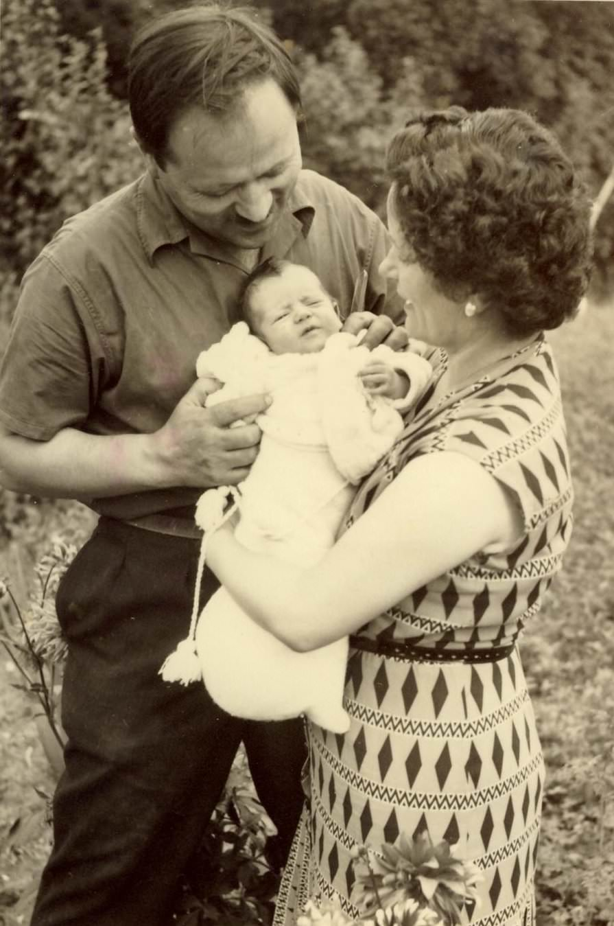 Franta 1956. Dumitru Popa, Aurica Popa cu fiica Rodica hp 1